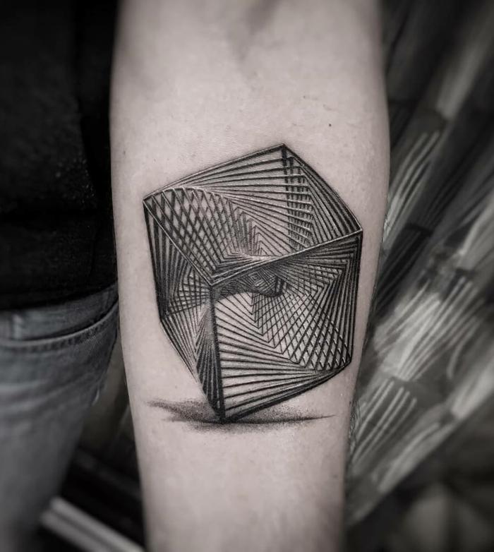 ideas tatuajes de lineas, cubo tridimensional original tatuado en el brazo, ideas de tatuajes con elementos geométricos
