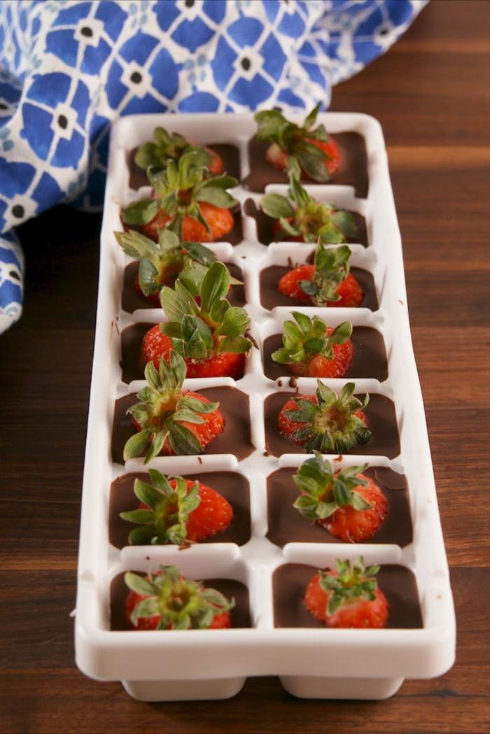 cubos de chocolate y fresas, las mejores ideas de postres originales y fáciles de hacer, postres faciles para impresionar