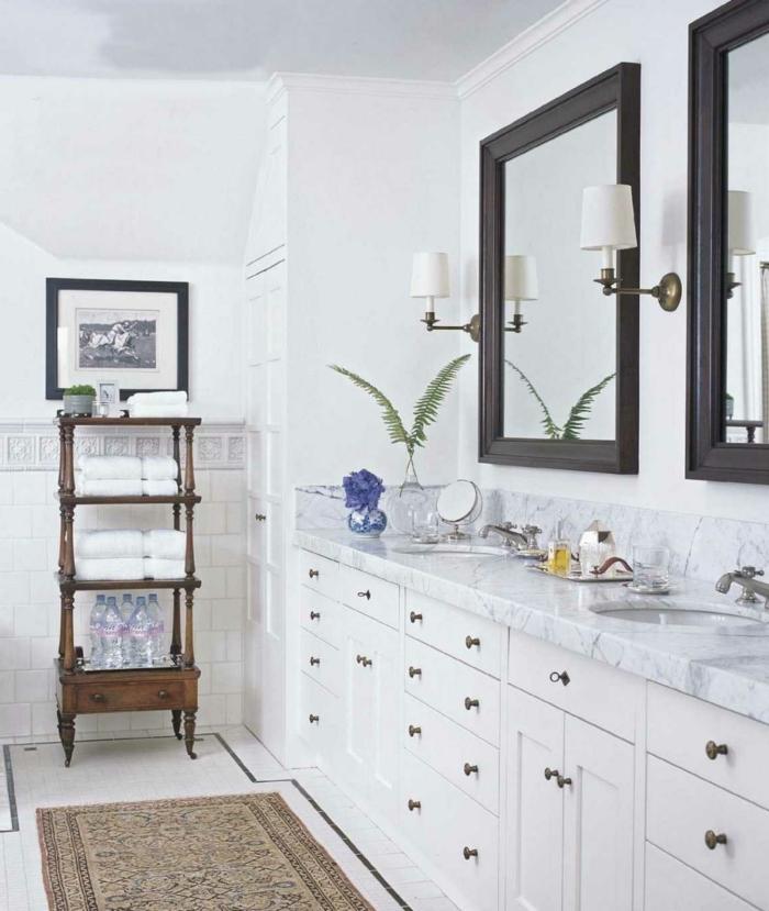 cuartos de baño pequeños decorados en estilo vintage, estanteria de madera de época, espejos marco de madera