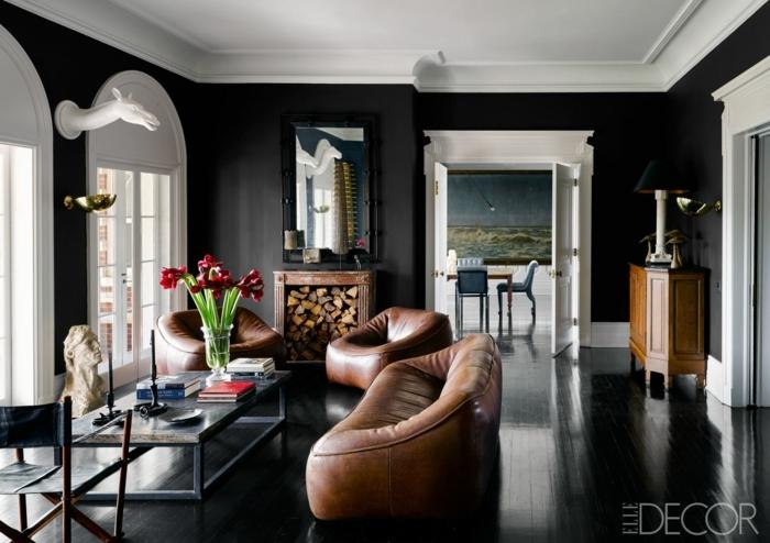 decoracion salon pequeño, sala de estar con sillon y sofa de cuero en color marron y mesa de cristal rectangular con jarron de flores