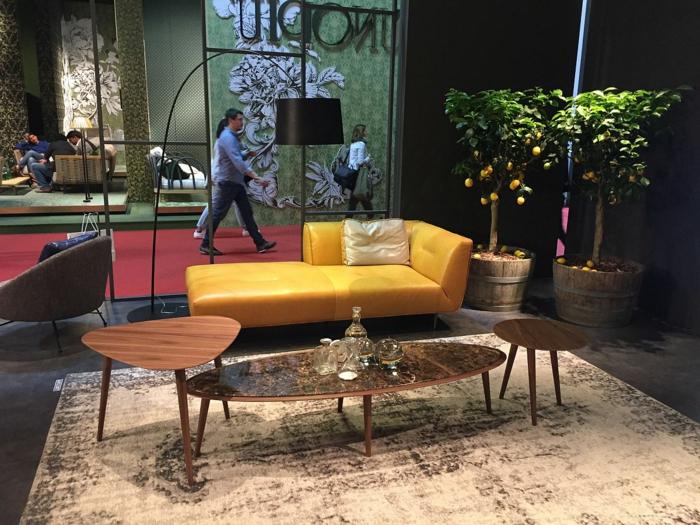 decoracion salon pequeño, sofa de categoria de sofas pequeños en color amarillo, de piel con mesa ovalada y mesas pequeñas