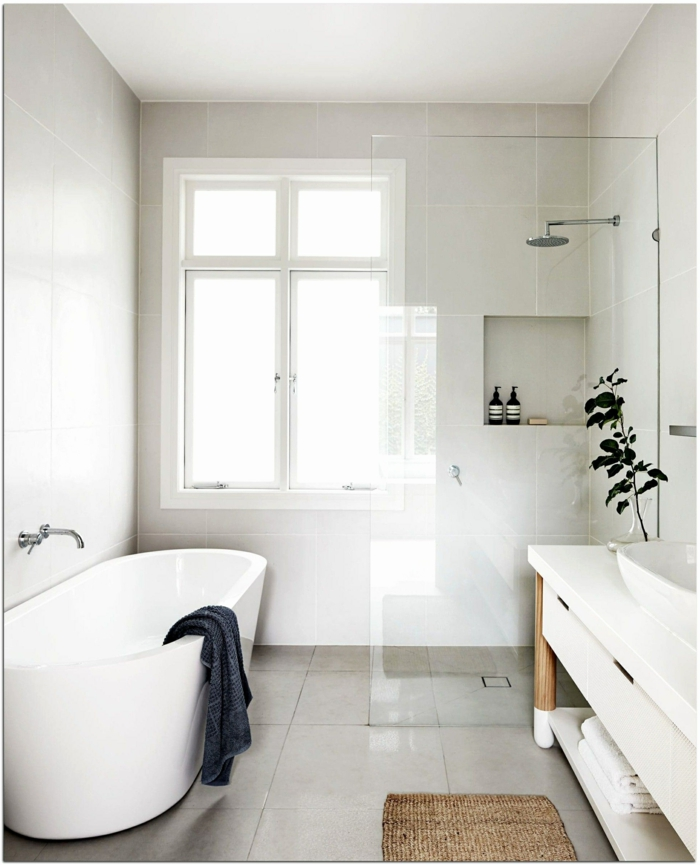 ideas de decoracion baños pequeños modernos en blanco, bañera exenta paredes con baldosas en blanco marfil