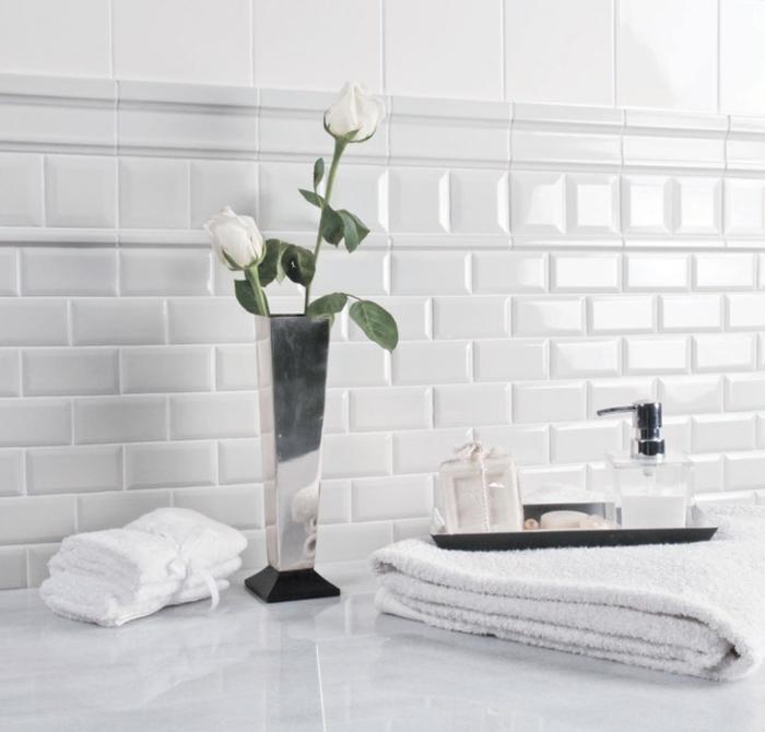 precioso detalles decoracion baños pequeños en blanco, jarron de flores con rosas blancas, paredes con azulejos ladrillos