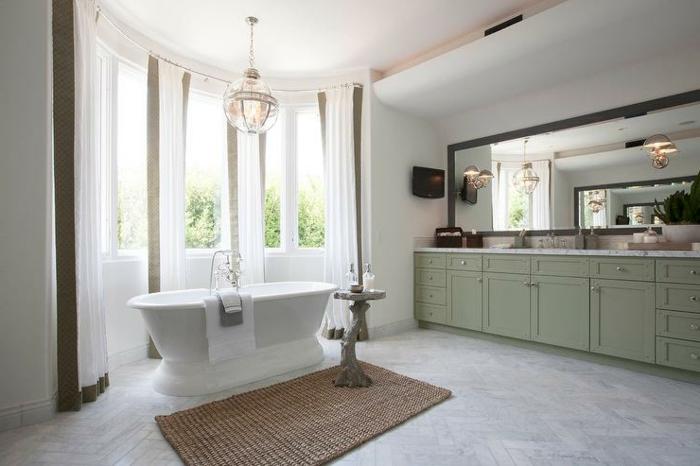 baños blancos con detalles en beige, tendencias en la decoración de interiores 2018, baño grande con bañera exenta