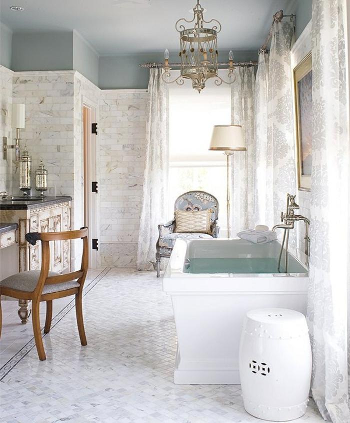 ejemplos de decoracion baños pequeño en estilo vintage, suelo de azulejos en blanco y gris, candelabro vintage