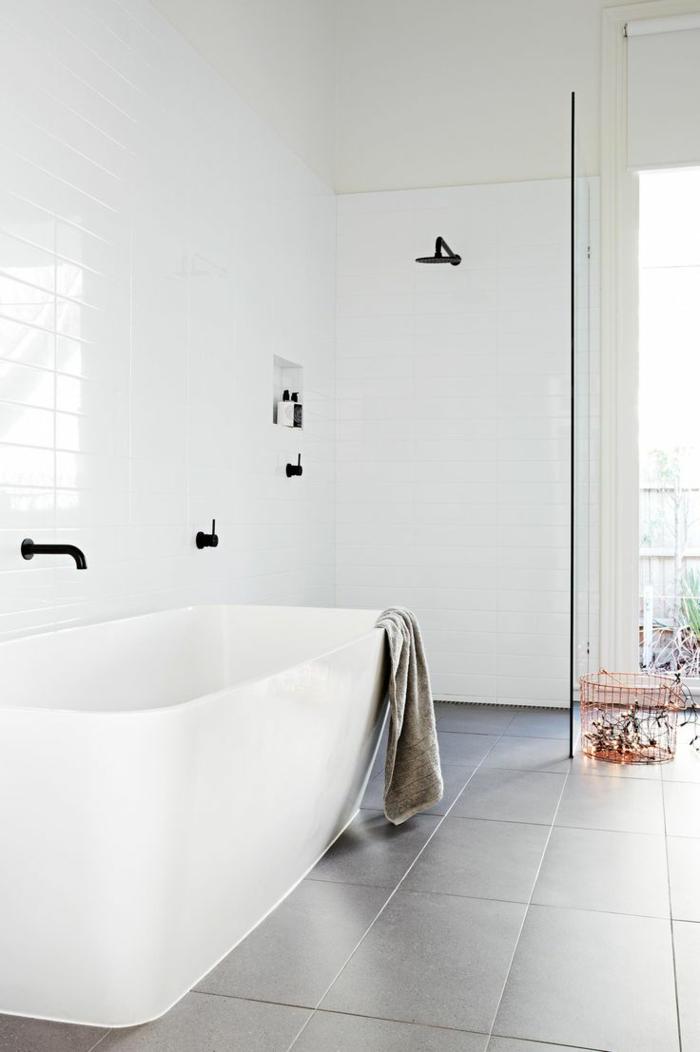 baño en blanco y gris decorado en estilo minimalista, decoracion baños pequeño con bañera exenta