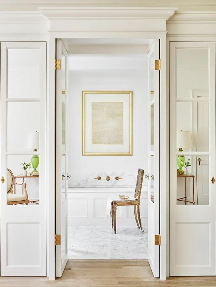 decoracion baños pequeño original, precioso baño en blanco con suelo de mármol y pintura en la pared