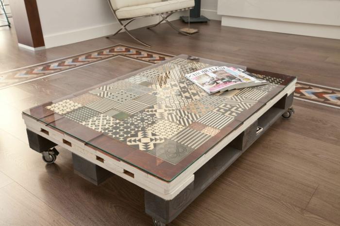 mesa de dos palets uno blanco y otro marrón con vidrio encima y con tapetes de figuras geométricas