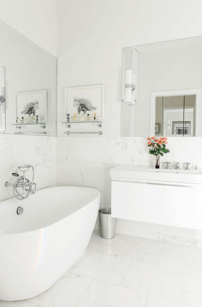decoracion baños pequeños de diseño sencillo en blanco, bañera exenta ovalada y grandes espejos