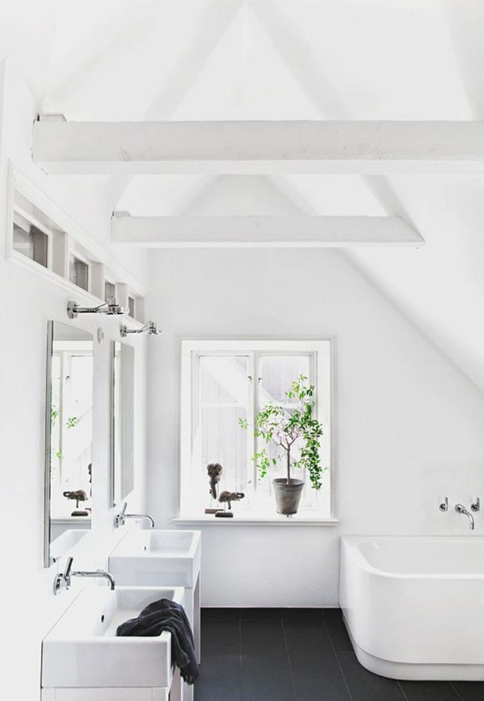decoracion baños pequeños con toque rústico, techo con vigas pintadas en blanco y suelo con azulejos en negro