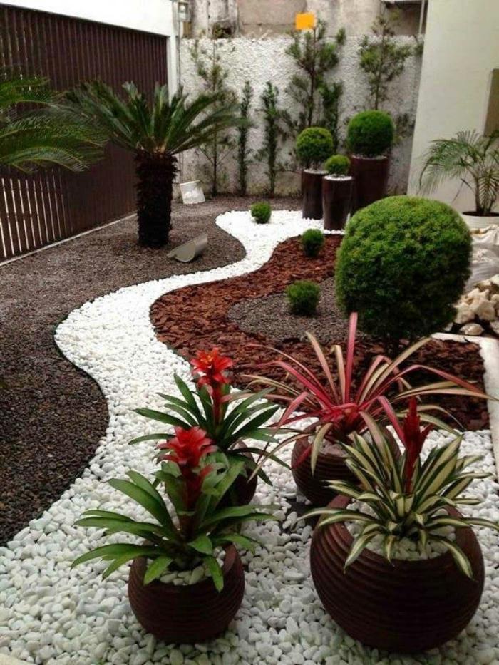 jardines modernos decorados con gravilla en estilo mediterráneo, decoración con arbustos ornamentales y palmera