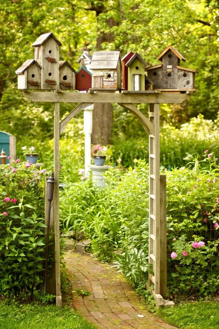 decoracion de jardines, decoración de madera con casitas pequeñas de madera, jardín para niños