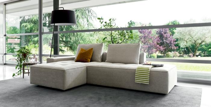 imagenes de salones con ventanas muy grandes y lampara de pie con sofa pequeño en gris claro