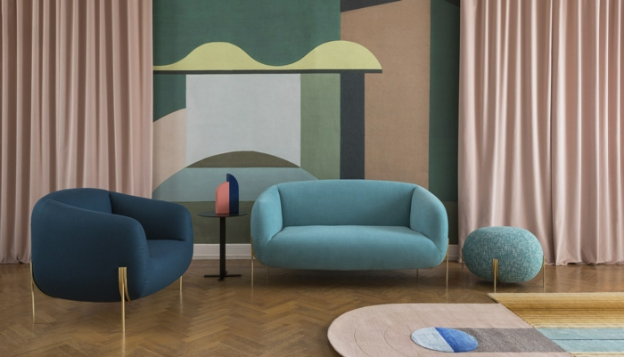 decoración de salón pequeño con sofas de doble asiento y sillon en color azul celeste y color azul oscuro