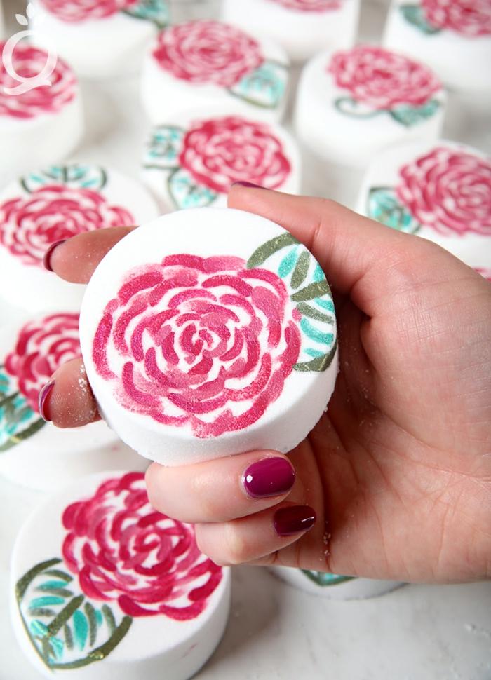 bonitos dibujos sobre jabones DIY, como hacer jabones artesanales para regalar paso a paso