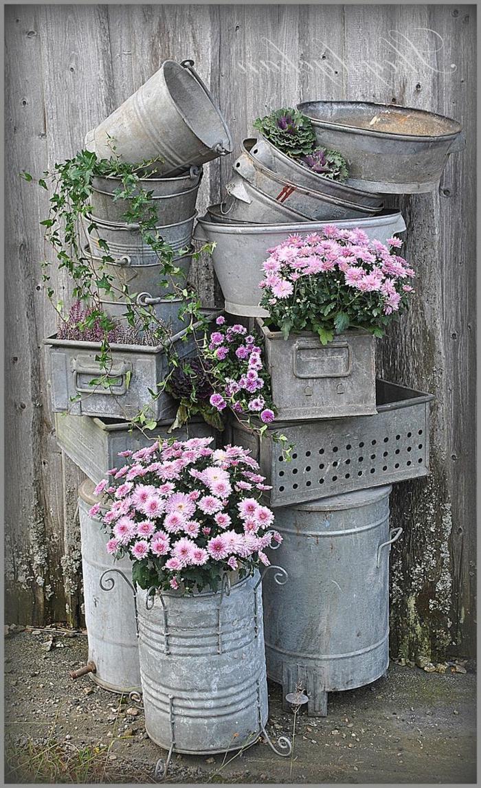 jardines modernos, decoracion con muchos cubos viejos, metálicos decorados con flores rosas
