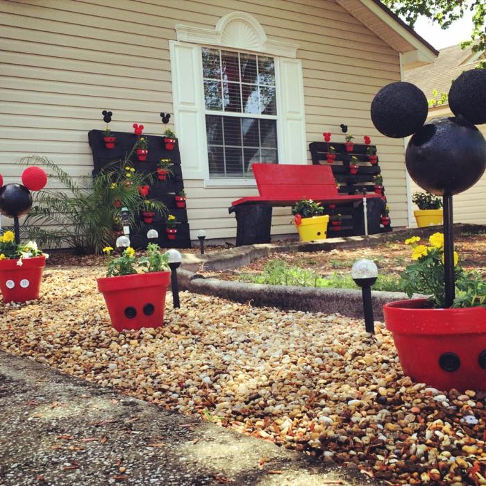jardines modernos, el jardín de Disney con macetas del cuerpo de Mickey mouse y su cabeza en rojo y negro