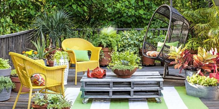 decoración DIY, ideas para jardines con palets, mesa de palets de madera, sillas pintadas en amarillo, decoración con plantas verdes
