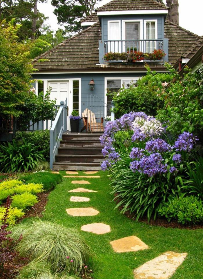 ideas para jardines pequeñas, sendero de piedras, suelo de césped y grandes arbustos con flores