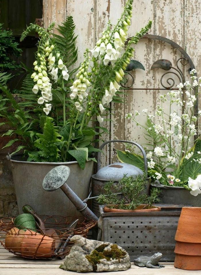 jardines rústicos, regadera metálica, cubos con flores, lirios de los valles y macetas de arcilla