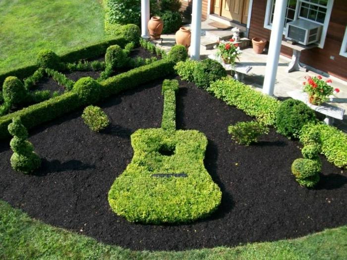 ideas para jardines, guitarra en el césped como decoracion de nuestro jardin de casa