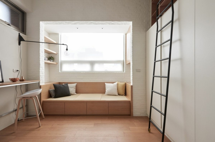 decoracion de pisos pequeños con sofa en la pared con en marron claro y estanterias