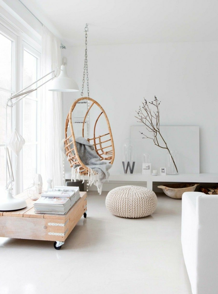 decoracion de pisos pequeños con hamaca colgante de madera y con manta gris y otomana
