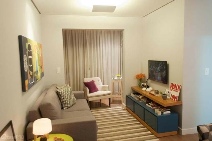 decoracion de pisos pequeños, con sofa de doble asiento y sillon blanco con cojin lila