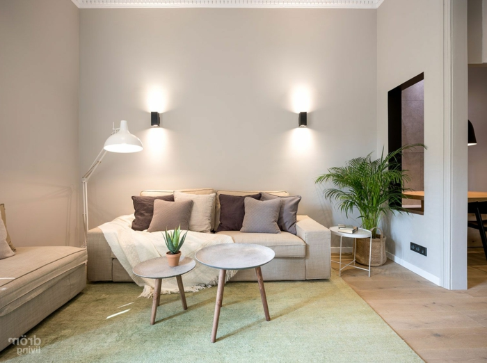 decoracion de pisos pequeños con sofa en color crema con cojines en marron, beige y gris