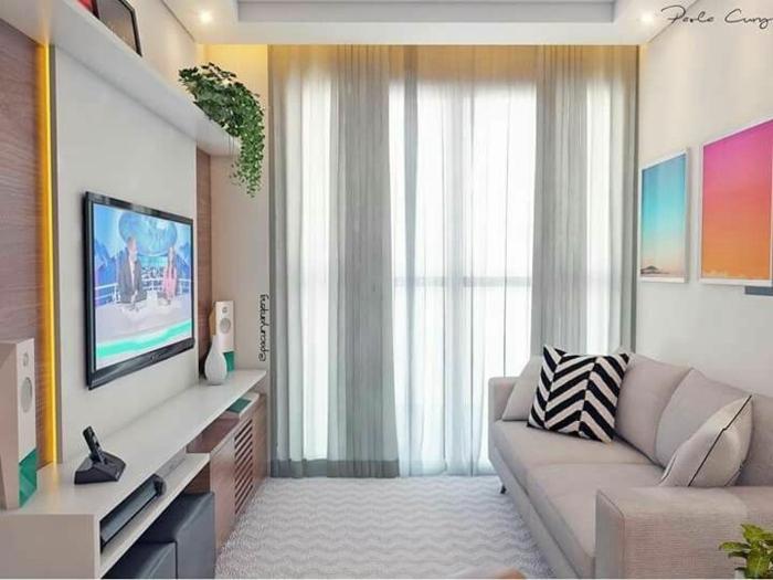 decoracion de pisos pequeños con sofa en gris claro, cortinas altas y alfombra de ondulaciones