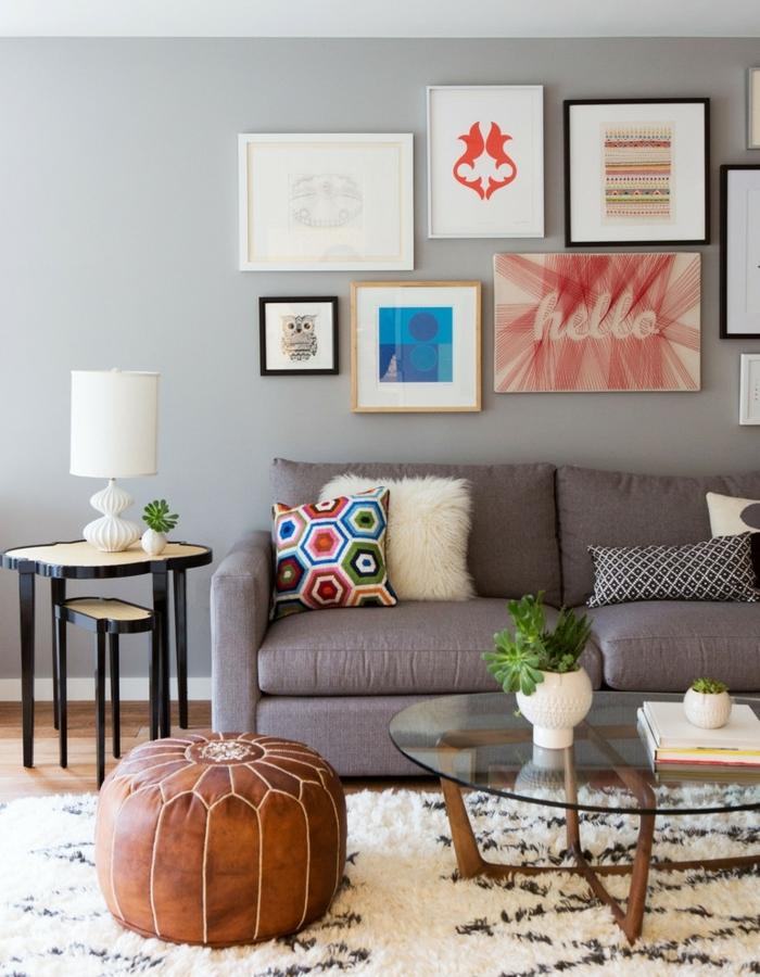 sofas pequeños, salon con otomana de cuero y mesa con vidrio y madera