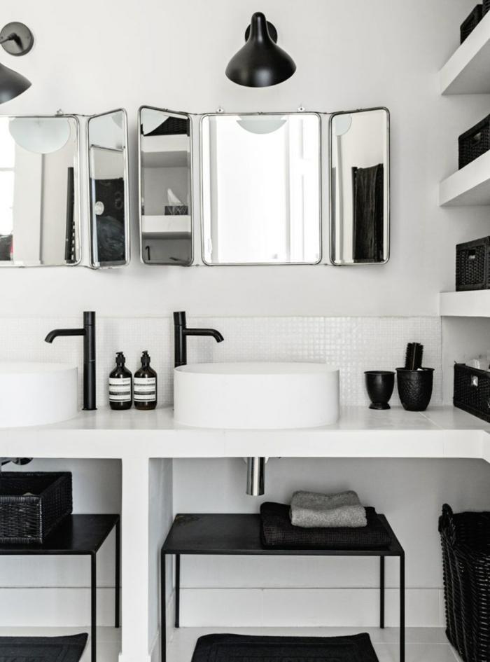 ideas de diseño baños blanco y negro, espejo de tres piezas plegable y muchos detalles decorativos en negro