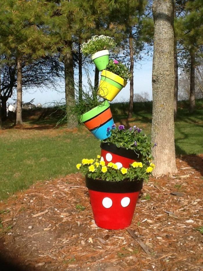 jardines rústicos, macetas ordenadas una encima de otra con balance, pintadas de diferentes colores