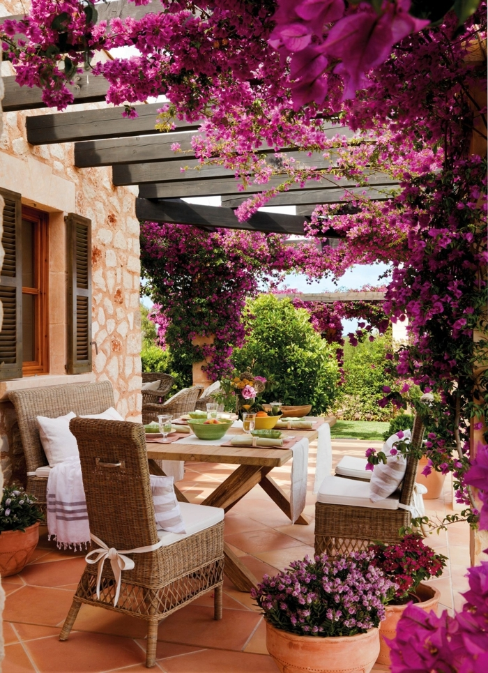 ideas para decorar jardines, sitio para pasar el rato decorado con flores colgantes en rosa fucsia