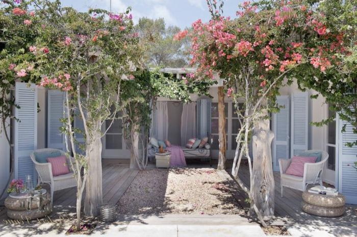 ideas para decorar jardines, jardín romántico con colores en azul claro, blanco y rosa y plantas colgantes