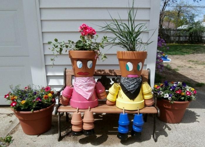 ideas para jardines, muñecas hechas con macetas de arcilla y pintadas de diferentes colores con pañuelos