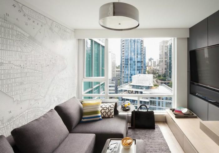 sofas pequeños con ventana grande y sofa en gris oscuro, con televisor