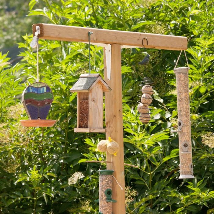 jardines rústicos, decoraciones de madera para nuestro jardín, casa de madera, pelotas y tubo de madera