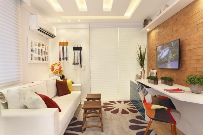 sofas pequeños, sala de estar con sofa blanco con cojines en amarillo, rojo y blanco
