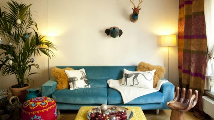 sofas pequeños , sofa de terciopelo en azul con cojines blancos con monos y otomana tipo etnico