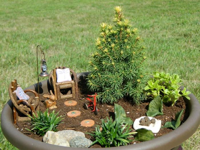 ideas para jardines de tamaño pequeño, grande maceta decorativa con pequeños detalles de encanto
