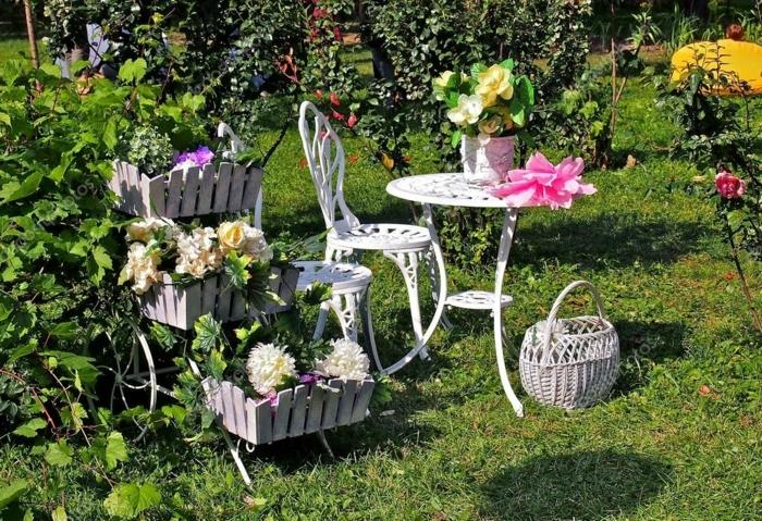 ideas para jardines, decoración vintage con mesa y silla en blanco y carro decorado con flores en macetas de madera