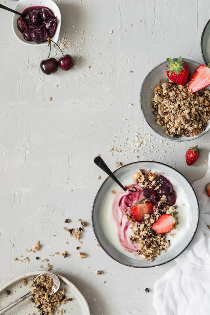 ideas sencillas desayuno de dieta, yogur desnatado con cereales, fresas y cerezas frescas