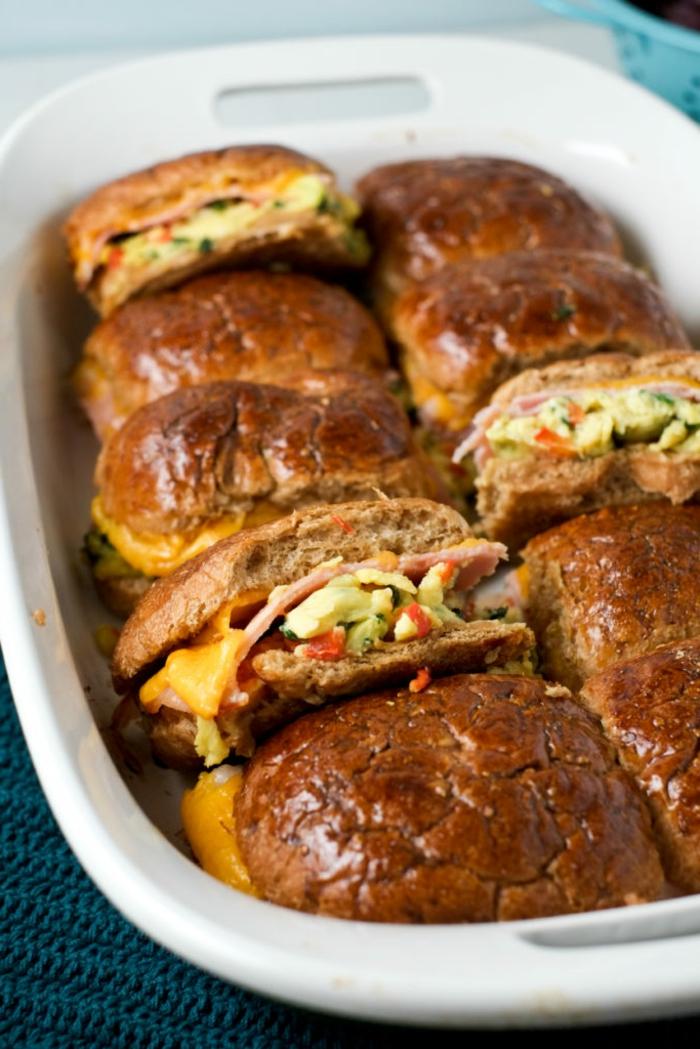 como prepara desayunos fitness paso a paso, caserola con pan integral, quesos y vegetales