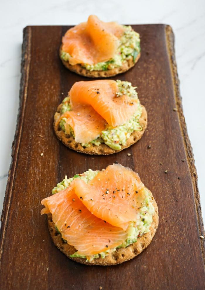 recetas de desayunos sanos, galletas saladas con guacamole y salmón ahumado, ricas propuestas para desayunar