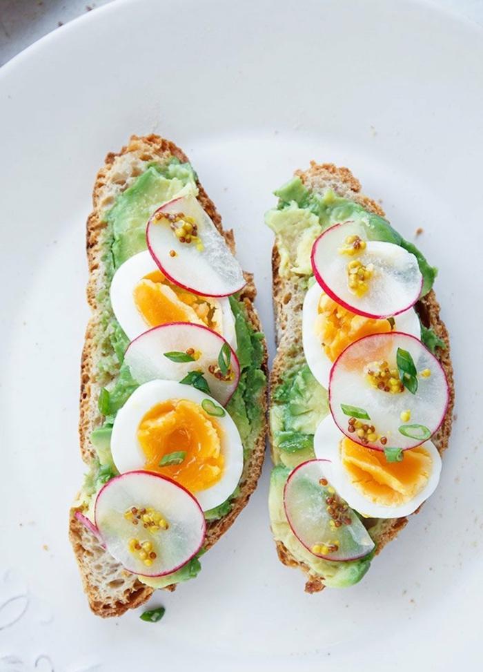 desayunos con aguacate, tostadas con aguacate machacado, rabano y huevos cocidos, desayuno rico y nutriente