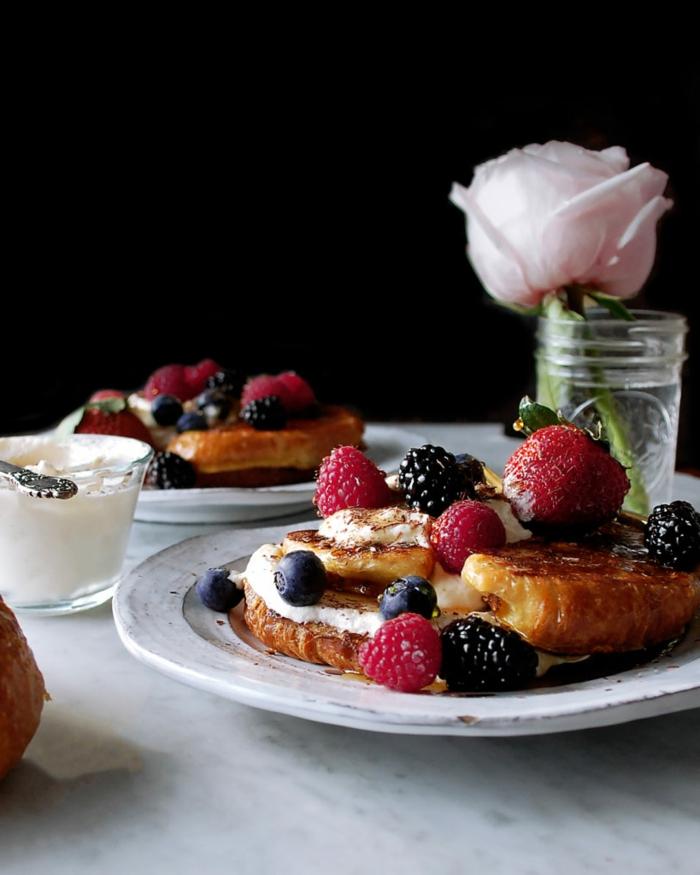 que comer hoy ideas desayuno de dieta, tostadas francesas con fresas, frambuesas, moras y arandanos
