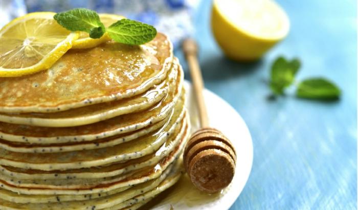 desayuno de dieta propuestas nutritivas y saludables, crepes de avena y chia adoranadas con jarabe de acre