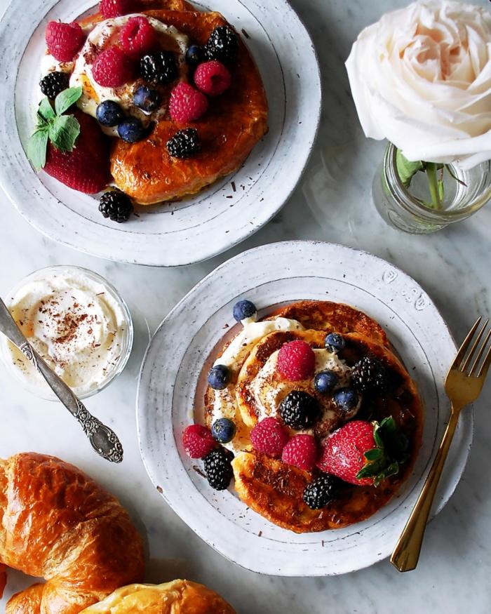 ideas de desayuno de dieta, bonita mesa decorada con rosas blancas, tostadas francesas y frutas frescas