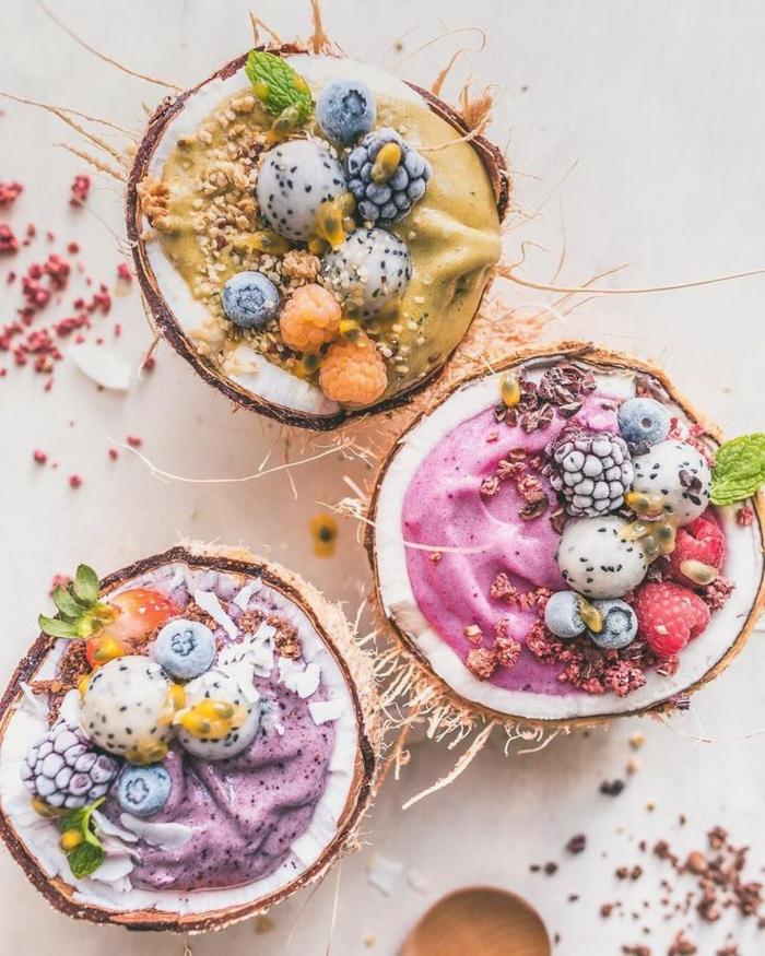 ideas tentativas de desayunos bajos en calorias, batidos en colores con caramelos decorativos en recipientes de coco
